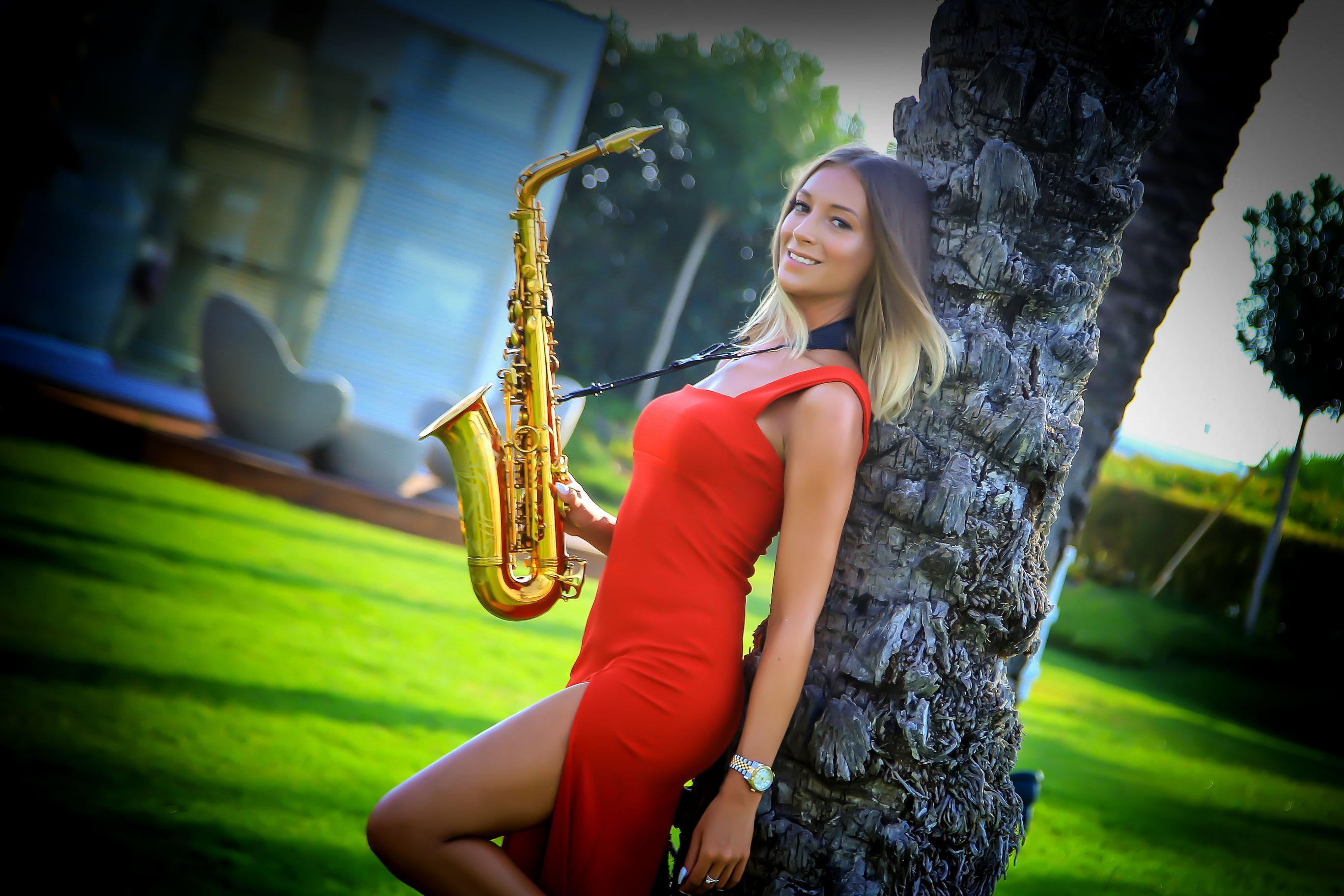 Saxophonisting_Isabella_Romme_Firmenevent_Party_Live_Band_Saxophonistin_